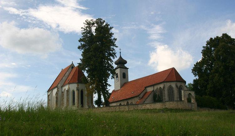 Einer der kulturellen Höhepunkte dieses Wanderwegs ist die Doppelkirche von St. Peter.
