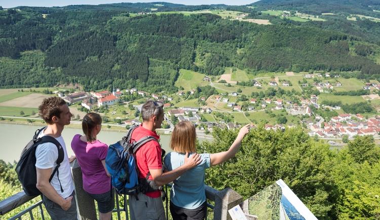 Donaublick Penzenstein Blick auf Engelhartszell und Kraftwerk Jochenstein Gemeinde Neustift ob der Donau