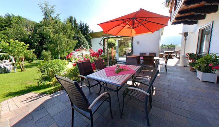 Terrasse mit Tisch und Stühlen, Sonnenschirm, Pflanzen