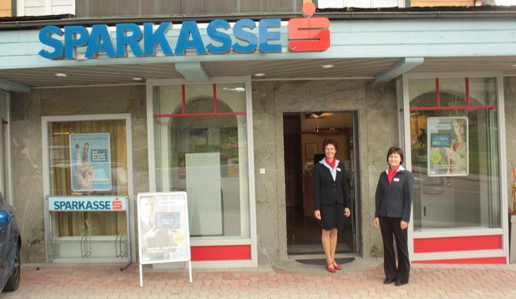 Der Eingang der Sparkasse mit den beiden Mitarbeiterinnen.