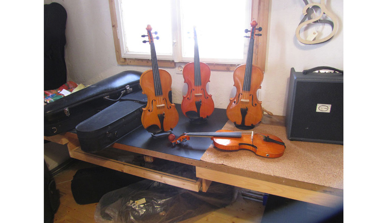 violin and violin case on a table\n