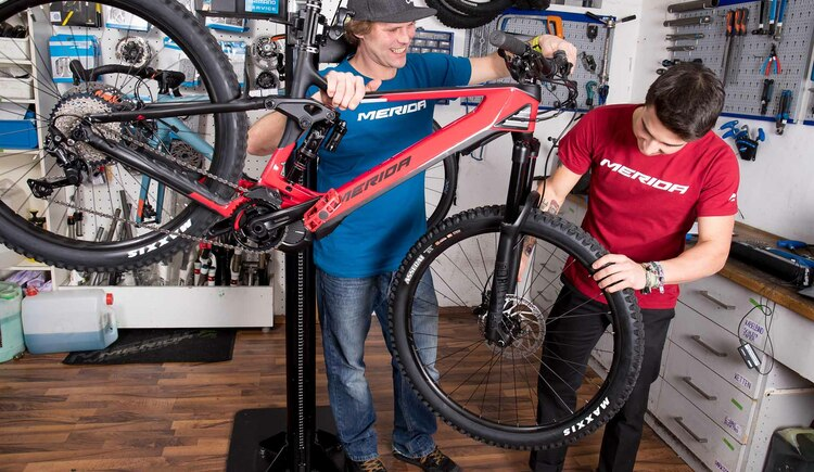 Fless and Woifi are two thoroughbred bikers and bike lovers in the workshop of Goisern Bikeworld. They take care that your bike is treated with the love and care that it deserves;). (© Fred Ruff)