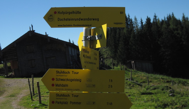 Wegweiser zur Hofpürglhütte. (© Gisbert Rabeder)