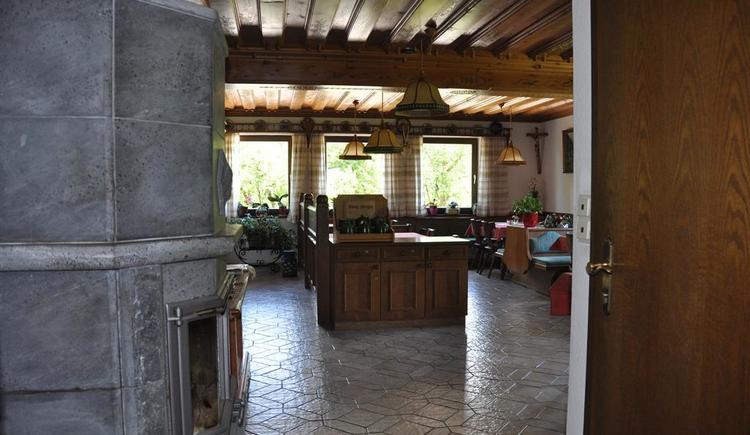 Gastraum der Pension Nanga Parbat mit Kachelofen