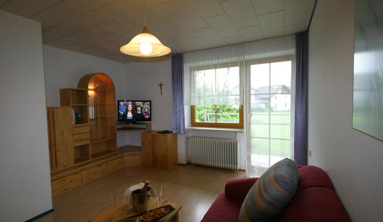 Wohnraum mit Sitzecke und TV-Gerät