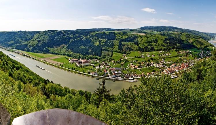Panoramaaufnahme Donausteig - Blick vom Penzenstein auf Engelhartszell mit Stift Engelszell. Im Hintergrund das Kraftwerk Jochenstein.