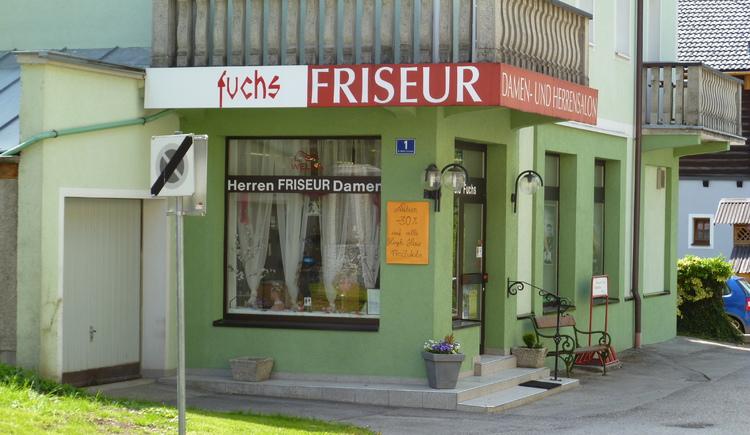 Das Friseurgeschäft Fuchs befindet sich im Zentrum von Bad Goisern neben der Sparkasse
