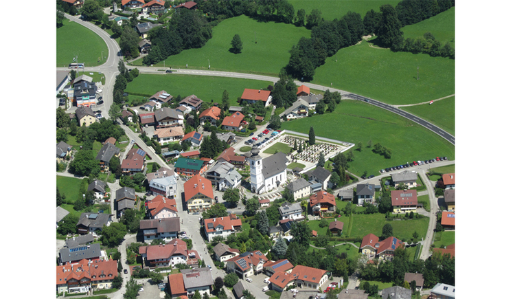 Aerial view of the place - houses, streets, countryside. (© Tourismusverband MondSeeLand)