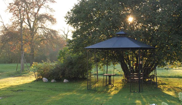 Pavillon im Garten, Sträucher, Bäume