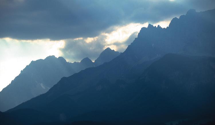 Mystische Wolkenstimmung und Gebirgsformation mit Kremsmauer bei Kirchdorf