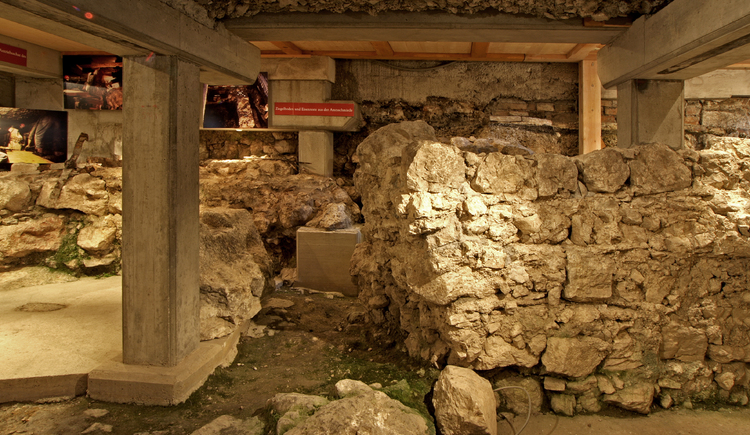 Visit the archaeological excavations in the cellar of the sports shop Janu during the opening times.