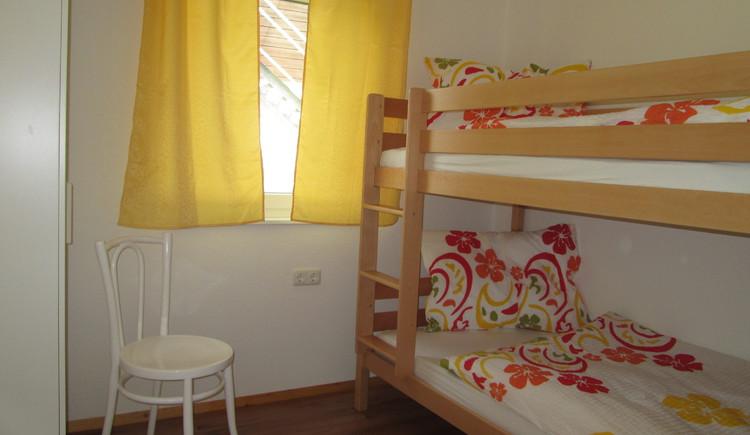 Hier sieht man das Schlafzimmer in der Ferienwohnung Steinbrecher in Hallstatt.