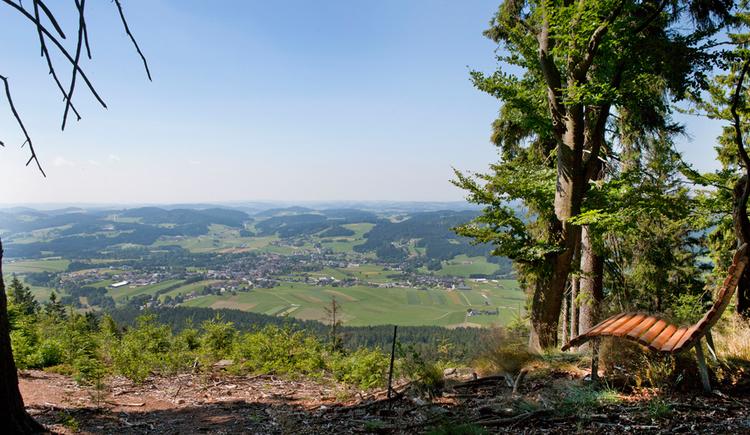 Blick über die sommerliche Landschaft des Mühlviertels mit einer Wellnessliege am rechten Bildrand. (© Ferienregion Böhmerwald)