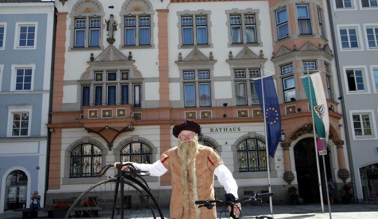 Hans Steininger vor dem Braunauer Rathaus