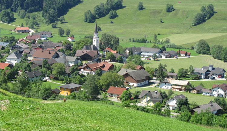 Blick auf den Ort umgeben von Landschaft. (© Tourismusverband MondSeeLand)