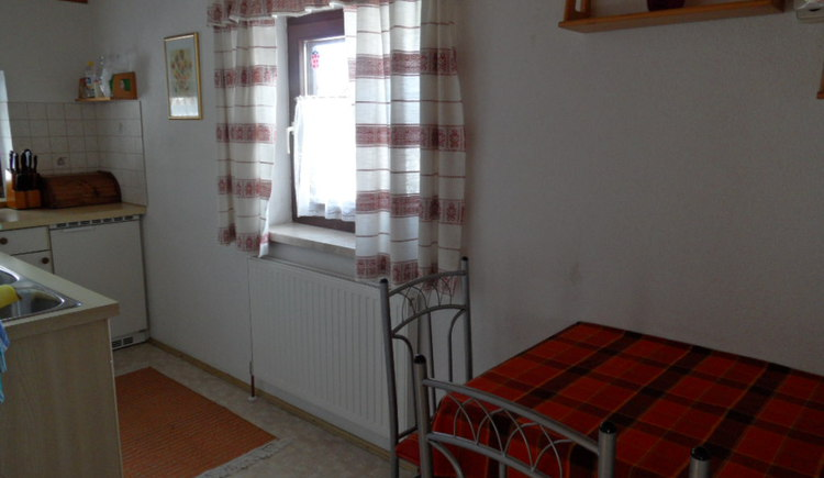 Küche und Esstisch in der Ferienwohnung Cijan Silvia, Hallstatt Lahn