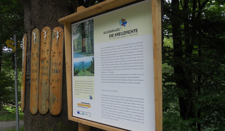 The wall chart inform the history of the Spruce tree cross (© Tourismusverband Faistenau)