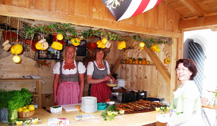 "Flea market by ""Eine Welt Gruppe Strobl\"" in the community reading room in Strobl"
