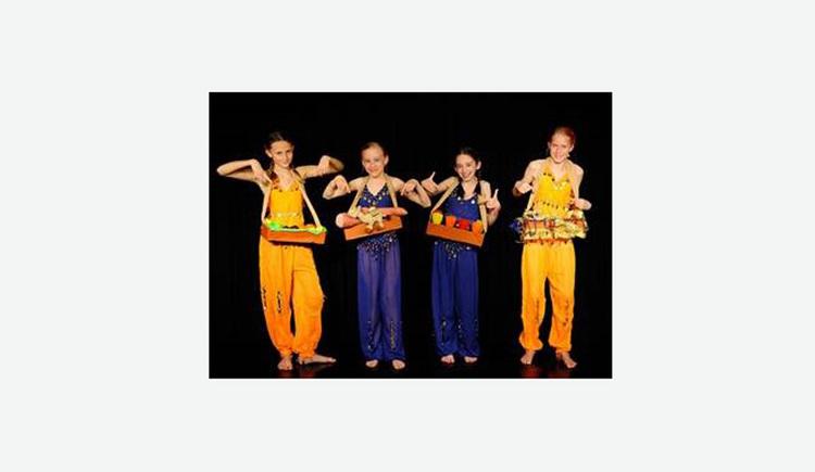 Vier Bauchtänzerinnen in blauen und gelben Kostümen. (© Musik.Kunst.Werk)