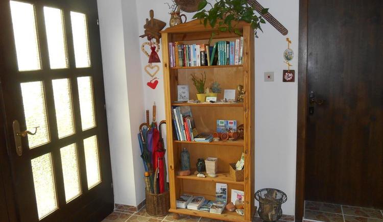 Vorraum mit diversen Infos und Dekos (© Ferienwohnung Burgi)