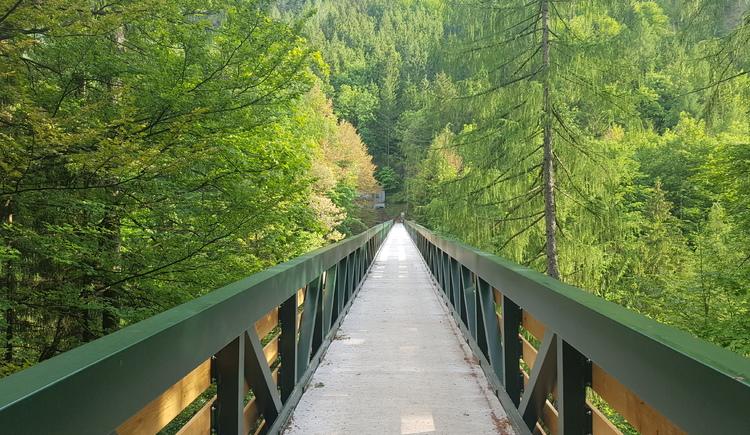 Die Gosauzwangbrücke beim Soleleitungsweg wurde neu renoviert. . (© Ferienregion Dachstein Salzkammergut / Michelle Knoll)