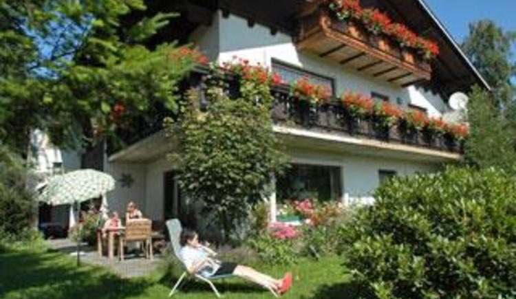 Hausansicht mit Garten u. Terrasse (© Ferienwohnung Familie Schögl - Bauernhof Kreit)