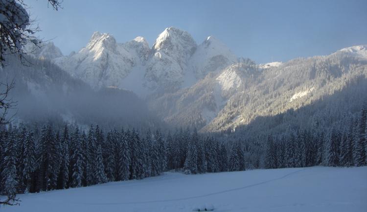 Blick von der Pension Jäger Richtung Gosaukamm. Der Gosaukamm zeigt sich hier in seinem prächtigen Winterkleid.