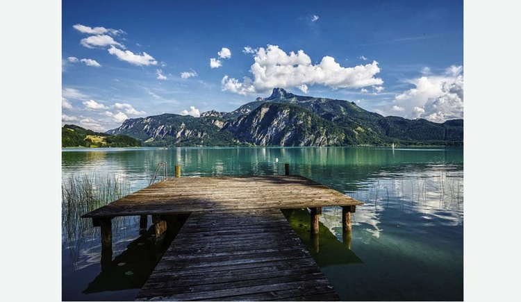 View of the footbridge, lake, in the background the mountains. (© Hotel Seehof)