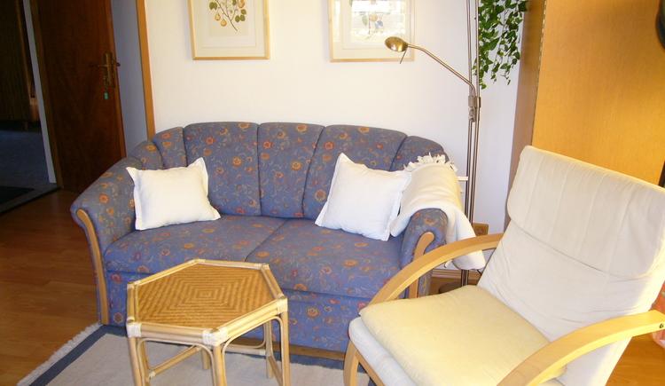 Gemütliches Sofa zum Entspannen in der Ferienwohnung 1