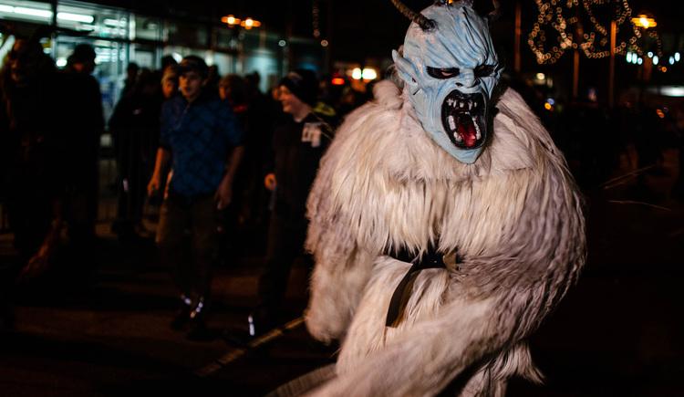 Ein Krampus mit einer blauen Maske bringt Angst und Furcht in die Zuschauerreihen. (© Stefanie Wallner)
