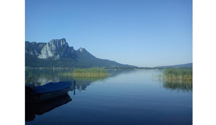 Blick auf dem See, seitlich die Berge