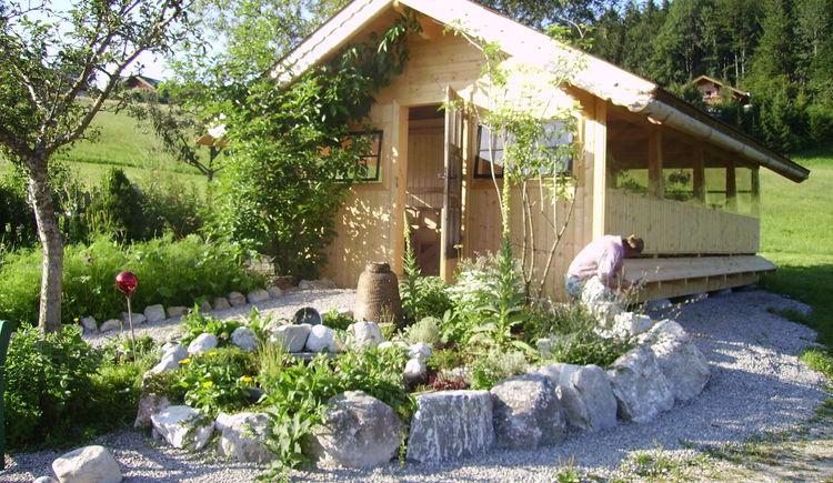Beekeeper´s house directly besind the herb garden (© Oberhinteregger´s Erlebnisbauernhof Faistenau)