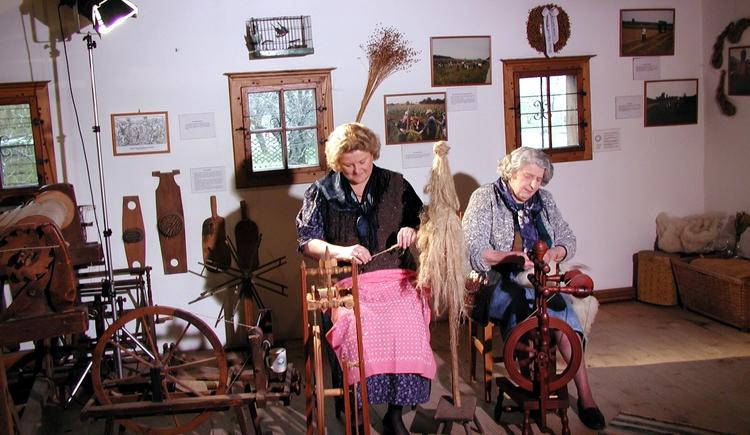Bei verschiedenen Anlässen, wie den Handwerkertagen und in der Druschwoche, führen mehrere Frau das alte Handwerk des Wollspinnens vor. (© Stehrerhof)