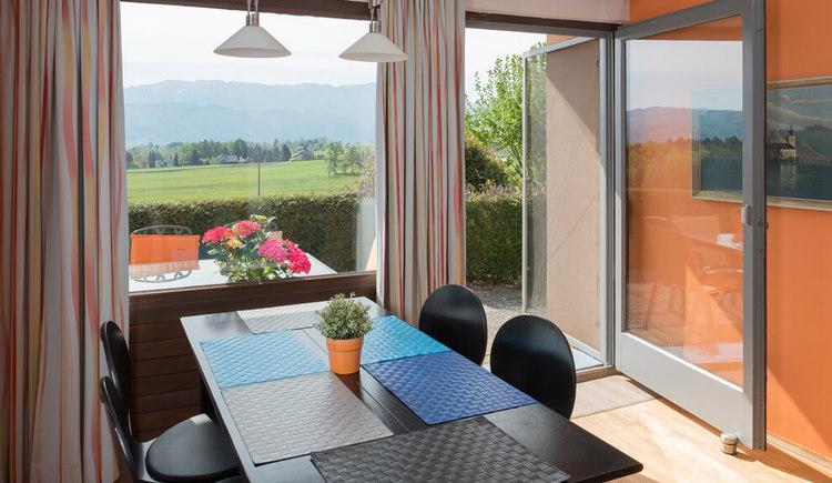 Ferienhaus Malerhügel, Esstisch mit Blick auf das Höllengebirge