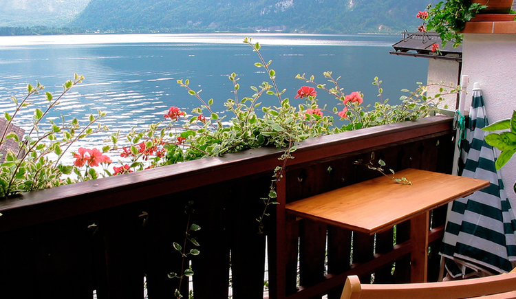 The view over the lake in the direction of Obertraun from the balcony. Appartement Fallnhauser, Hallstatt