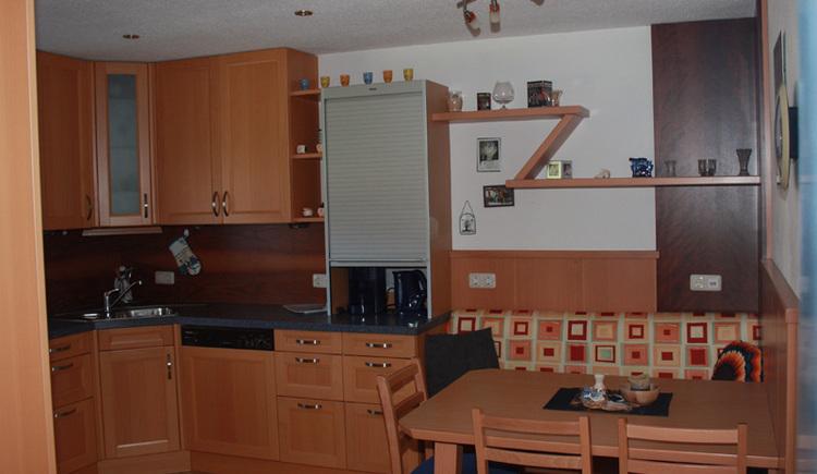 Die Küche mit der Sitzecke. (© Margit Gamsjäger)