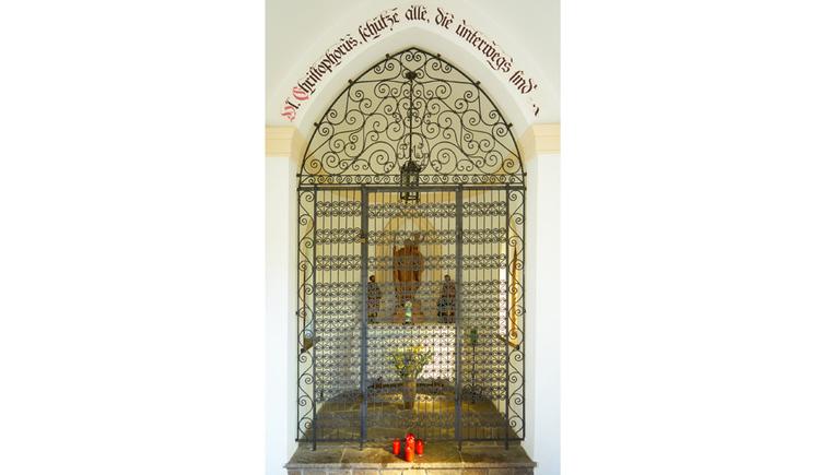 Hinter Gitter befinden sie Heiligenfiguren