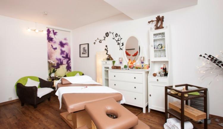 Verwöhnen lassen, Massagen und das alles in einem angenehmen Raum mit viel Atmosphäre und angenehmen Licht und Farben im Vitalhotel Gosau im Salzkammergut
