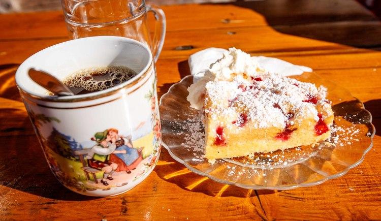 Hausgemachter Kuchen mit Häferlkaffee auf der Alm - ein Genuss! (© © Erwin Haiden bikeboard.at)
