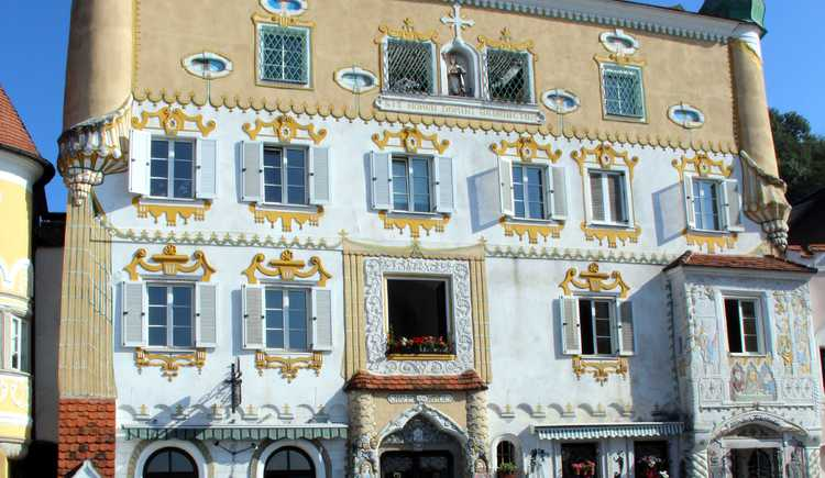 """mo-do 16.00-01.00 fr. 16.00-04.00 sa 19.00-04.00 so. geschlossen tele.0664/3371619\n\nCafé Castello - alles locker ... \n\nSeit Frühling 1998 ist das Café Castello im Besitz von Karoly und Maria Komáromi. \n\nDer Name \""""Castello\"""" wurde bewusst gewählt, er ist italienisch und heißt \""""Burg\"""". \nIn kürzester Zeit hat sich das Lokal zum absoluten Szene-Treff in Mauthausen und Umgebung gemausert. \n\nDer unvergleichliche Stil mit hohen Gewölben, den Reliefwänden, der schönen Ausstattung sowie dem freundlichen Service bietet zusammenfassend eine angenehme und einzigartige Atmosphäre.\n\nGroßen Erfolg haben auch die regelmäßig stattfindenden Veranstaltungen mit Stars aus der Rock- und Popszene."""
