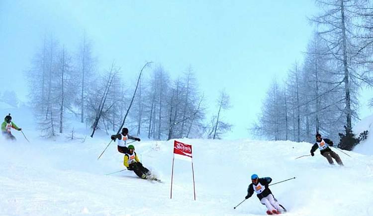 Skifahrer, die ein Rennen fahren