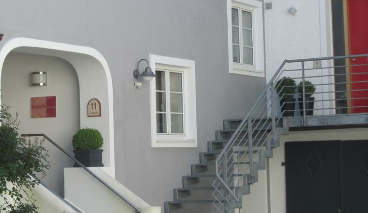Blick auf das Haus, seitlich eine Stiege