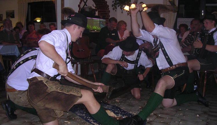 Traditionelle Veranstaltung,\nTanz und Musik mit den Gosauer Schuhplattlern