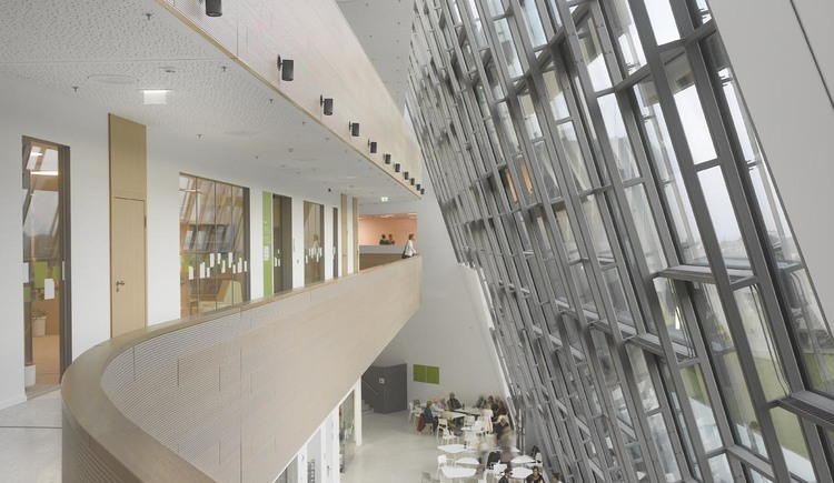 Bistro im Foyer der Bruckneruniversität (© Roland Halbe)