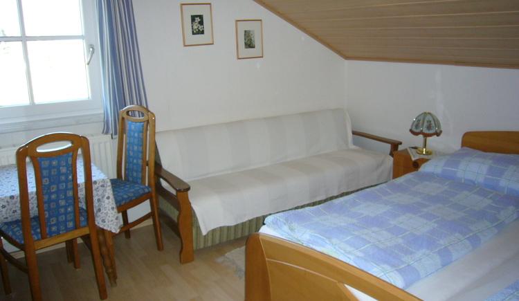 Schlafzimmer der Ferienwohnung 2 mit Doppelbett und Zusatzbett
