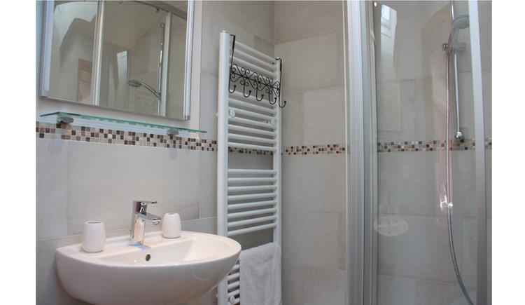 Waschbecken, Spiegelschrank, Handtuchtrockner, Dusche
