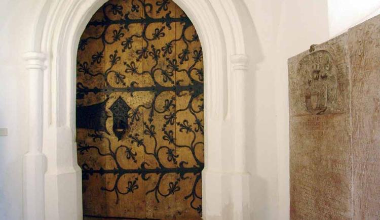 Am Tor der Pfarrkirche sieht man noch die alten, schönen Beschläge