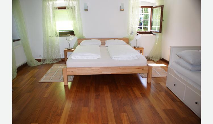 Schlafzimmer mit Doppelzimmer, im Tischlampen, Fenster
