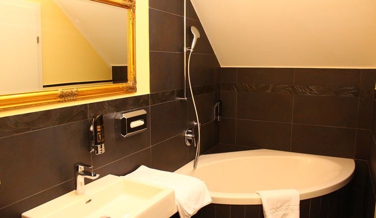 The bathrooms at Seehotel Grüner Baum are equipped with modern facilities.