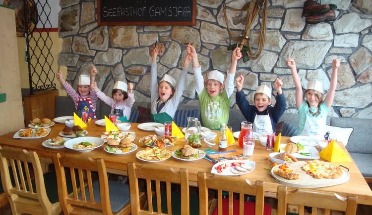 <strong>Kinderkochen beim Gasthof Gamsjaga</strong><br><p><p> Abermals ging es im Gasthof Gamsjaga heiß her. Junges Gemüse machte ordentlich Dampf und bruzelte Schmackhaftes aus frischen und regionalen Zutaten. Gamsjaga Chefin Christine Weber und Kneipp Gesundheitspädagogin Manuela Struber kreierten gemeinsam mit 6 Juniorköchen kindergerechte Speisen die Auge und Gaumen gleichermaßen erfreuten. Beim anschließenden Verzehren der Leckereien stand bald fest: In Zukunft sollen dieses Kinderkreationen auch für die kleinen Gäste im Gasthof Gamsjaga auf der Speisekarte stehen. Damit verwirklicht Christine Weber als Erste am See die Idee einer neuen Kinderspeisekarte mit Gesundheitsbezug! Ausschließlich frische Zutaten, sowie ein Plus an Gemüse und Obst stellen das Kernstück des Angebotes dar Als besonderes Highlight konnten an diesem Nachmittag frische Schafmilchprodukte verarbeitet werden, die dem Kochteam von Christine Eisl (Stoffbauer) zur Verfügung gestellt wurden. <br><p>`Ein Schritt in die richtigen Richtung`, freut sich Gesundheitspädagogin Manuela Struber, die gerne noch viele Wirte bei der Umsetzung dieser Idee unterstützen möchte! (© Manuela Struber)